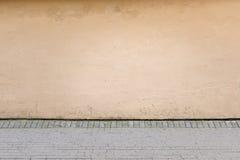 ανασκόπηση αστική Παλαιοί τοίχος και πεζοδρόμιο οδών Στοκ φωτογραφία με δικαίωμα ελεύθερης χρήσης