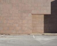 ανασκόπηση αστική Συγκεκριμένος δρόμος μπροστά από κτήρια τα ρόδινα πετρών φιαγμένα από φραγμούς Στοκ Φωτογραφίες