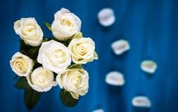 Ανασκόπηση βαλεντίνου Floral ανθοδέσμη φιαγμένη από άσπρα τριαντάφυλλα στο μπλε υπόβαθρο Επίπεδος βάλτε, τοπ άποψη Ανασκόπηση ημέ Στοκ εικόνα με δικαίωμα ελεύθερης χρήσης