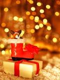 Ανασκόπηση διακοπών με τη χαριτωμένη διακόσμηση μποτών Santa Στοκ Φωτογραφίες