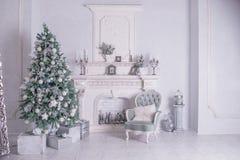 Ανασκόπηση διακοπών Χριστουγέννων Χριστουγεννιάτικο δέντρο με την ασημένια και άσπρη διακόσμηση Όμορφη κινηματογράφηση σε πρώτο π στοκ φωτογραφίες με δικαίωμα ελεύθερης χρήσης