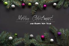Ανασκόπηση διακοσμήσεων Χριστουγέννων Κλάδοι δέντρων του FIR στο μαύρο υπόβαθρο με το διάστημα αντιγράφων Τοπ όψη πρότυπο Στοκ φωτογραφία με δικαίωμα ελεύθερης χρήσης