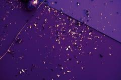 ανασκόπηση ζωηρόχρωμο Πάσχ&al Χρυσό κομφετί στα χρωματισμένα φύλλα Χρυσό αυγό Πάσχας στην επιφάνεια Τοπ άποψη των ρυθμίσεων ντεκό στοκ φωτογραφίες με δικαίωμα ελεύθερης χρήσης