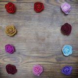 Ανασκόπηση ημέρας βαλεντίνων Ομάδα μορφής ορθογωνίων συνόρων τριαντάφυλλων πέρα από τον ξύλινο πίνακα Τοπ άποψη με το διάστημα αν Στοκ Εικόνα