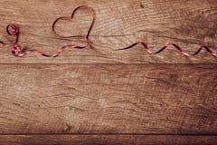 Ανασκόπηση ημέρας βαλεντίνων Ρύθμιση επιτραπέζιων θέσεων ημέρας βαλεντίνων Ξύλινος πίνακας με το διάστημα αντιγράφων Στοκ Φωτογραφία