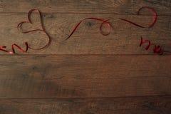 Ανασκόπηση ημέρας βαλεντίνων Ρύθμιση επιτραπέζιων θέσεων ημέρας βαλεντίνων Ξύλινος πίνακας με το διάστημα αντιγράφων Στοκ Εικόνες