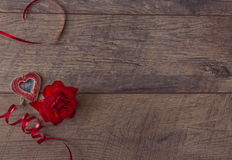 Ανασκόπηση ημέρας βαλεντίνων Ρύθμιση επιτραπέζιων θέσεων ημέρας βαλεντίνων Ξύλινος πίνακας με το διάστημα αντιγράφων Στοκ φωτογραφία με δικαίωμα ελεύθερης χρήσης