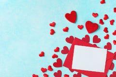 Ανασκόπηση ημέρας βαλεντίνων Φάκελος, ευχετήρια κάρτα και κόκκινες καρδιές για το μήνυμα διακοπών στοκ φωτογραφία με δικαίωμα ελεύθερης χρήσης
