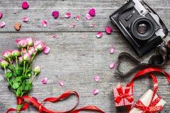 Ανασκόπηση ημέρας βαλεντίνων εκλεκτής ποιότητας αναδρομική κάμερα με το ρόδινο λουλούδι τριαντάφυλλων Στοκ Εικόνα