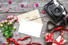 Ανασκόπηση ημέρας βαλεντίνων εκλεκτής ποιότητας αναδρομική κάμερα με την κενή άσπρη ευχετήρια κάρτα Στοκ εικόνες με δικαίωμα ελεύθερης χρήσης