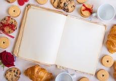Ανασκόπηση ημέρας βαλεντίνων Κενό βιβλίο με τα μπισκότα και τα τριαντάφυλλα Στοκ εικόνες με δικαίωμα ελεύθερης χρήσης