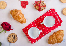 Ανασκόπηση ημέρας βαλεντίνων Πρόγευμα με τα μπισκότα και τα τριαντάφυλλα Στοκ Φωτογραφία