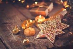 Ανασκόπηση διακοπών Χριστουγέννων Εξυπηρετούμενος πίνακας με τις διακοσμήσεις Στοκ φωτογραφία με δικαίωμα ελεύθερης χρήσης