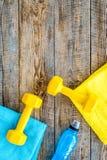 Ανασκόπηση ικανότητας Αλτήρες, πετσέτα και νερό στην ξύλινη τοπ άποψη υποβάθρου copyspace Στοκ εικόνες με δικαίωμα ελεύθερης χρήσης