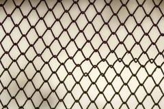 Ανασκόπηση και σύσταση για το σχέδιο Αφηρημένη σύσταση φρακτών συνδέσεων αλυσίδων ενάντια στο βρώμικο γκρίζο τοίχο χρώματος Στοκ εικόνες με δικαίωμα ελεύθερης χρήσης