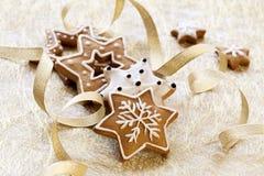 Ανασκόπηση καρτών Χριστουγέννων με τα μπισκότα πιπεροριζών Στοκ φωτογραφία με δικαίωμα ελεύθερης χρήσης