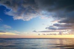 1 ανασκόπηση καλύπτει το νεφελώδη ουρανό Στοκ Φωτογραφία