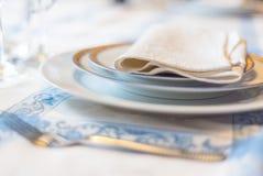 ανασκόπηση μαγειρική Εξυπηρέτηση για τις ασημικές πιάτων γευμάτων σε ένα β Στοκ Εικόνα