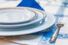 ανασκόπηση μαγειρική Εξυπηρέτηση για τις ασημικές πιάτων γευμάτων σε ένα β Στοκ φωτογραφία με δικαίωμα ελεύθερης χρήσης