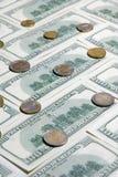 Ανασκόπηση με αμερικανικά εκατό δολάρια και νομίσματα Στοκ Εικόνες