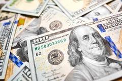 Ανασκόπηση με τους αμερικανικούς λογαριασμούς εκατό δολαρίων χρημάτων Στοκ Εικόνα