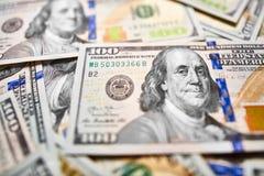 Ανασκόπηση με τους αμερικανικούς λογαριασμούς εκατό δολαρίων χρημάτων Στοκ εικόνες με δικαίωμα ελεύθερης χρήσης
