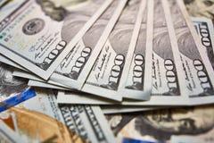 Ανασκόπηση με τους αμερικανικούς λογαριασμούς εκατό δολαρίων χρημάτων Στοκ εικόνα με δικαίωμα ελεύθερης χρήσης