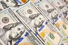 Ανασκόπηση με τους αμερικανικούς λογαριασμούς εκατό δολαρίων χρημάτων Στοκ Εικόνες