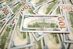Ανασκόπηση με τους αμερικανικούς λογαριασμούς εκατό δολαρίων χρημάτων Στοκ Φωτογραφία