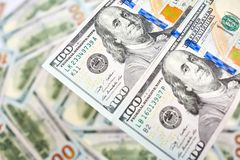 Ανασκόπηση με τους αμερικανικούς λογαριασμούς εκατό δολαρίων χρημάτων Στοκ φωτογραφία με δικαίωμα ελεύθερης χρήσης