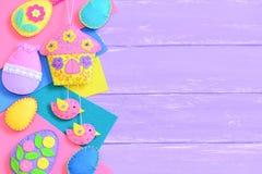 ανασκόπηση Πάσχα ευτυχές Δημιουργικό αισθητό Πάσχα DIY στο ιώδες ξύλινο υπόβαθρο με το διάστημα αντιγράφων για το κείμενο Στοκ εικόνες με δικαίωμα ελεύθερης χρήσης