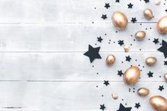 ανασκόπηση Πάσχα ευτυχές Επίπεδος βάλτε τη σύνθεση με τα χρυσά αυγά Στοκ Φωτογραφίες
