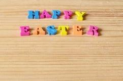 ανασκόπηση Πάσχα ευτυχές Χαιρετισμός με τις ζωηρόχρωμες επιστολές σε ένα ξύλινο υπόβαθρο Στοκ φωτογραφία με δικαίωμα ελεύθερης χρήσης