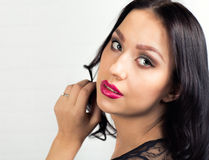ανασκόπηση πέρα από τις νεολαίες λευκών γυναικών πορτρέτου Στοκ Εικόνες
