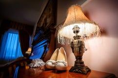 ανασκόπηση που απομονώνεται πέρα από τη λευκή γυναίκα παπουτσιών Στοκ Φωτογραφία