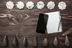ανασκόπηση που επιβιβάζεται στο καφετί εσωτερικό δάσος τεμαχίων Χρυσοί κώνοι και γλυκά μπισκότα που τακτοποιούνται διαμετρικά αντ στοκ φωτογραφία με δικαίωμα ελεύθερης χρήσης