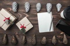 ανασκόπηση που επιβιβάζεται στο καφετί εσωτερικό δάσος τεμαχίων Χρυσοί κώνοι και γλυκά μπισκότα που τακτοποιούνται διαμετρικά αντ στοκ φωτογραφίες