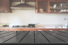 ανασκόπηση που θολώνεται αφηρημένη Σύγχρονη κουζίνα με tabletop και διάστημα για σας Στοκ Φωτογραφίες