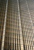 ανασκόπηση που χτίζει τα χρυσά Windows γραφείων Στοκ Εικόνα