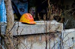 ανασκόπηση που ψαλιδίζει το σκληρό απομονωμένο καπέλο λευκό μονοπατιών Στοκ Εικόνα