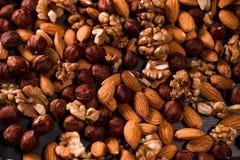 Ανασκόπηση των καρυδιών Μίγμα του φουντουκιού, ξύλο καρυδιάς, αμύγδαλα Στοκ φωτογραφία με δικαίωμα ελεύθερης χρήσης