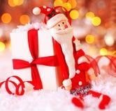 Ανασκόπηση Χριστουγέννων με τη χαριτωμένη διακόσμηση Santa Στοκ φωτογραφία με δικαίωμα ελεύθερης χρήσης