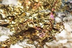 ανασκόπηση χρυσή Μακρο φωτογραφία του πολύτιμου λίθου Στοκ φωτογραφίες με δικαίωμα ελεύθερης χρήσης