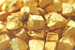 ανασκόπηση χρυσή Πλινθώματα ή ψήγματα του καθαρού χρυσού Χρυσό φύλλο te Στοκ Εικόνες