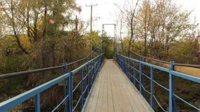 Ανασταλμένη γέφυρα μετάλλων πέρα από την πτώση ποταμών απόθεμα βίντεο