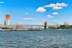 Ανασταλμένη γέφυρα του Μπρούκλιν πέρα από τον ανατολικό ποταμό μεταξύ του Lowe Στοκ Φωτογραφία