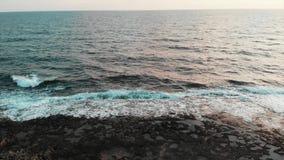 Ανατίναξη κηφήνων μακριά από τη δύσκολη ακτή και πέταγμα κατά μήκος της ανοικτής θάλασσας με τα τεράστια όμορφα κύματα που δημιου απόθεμα βίντεο