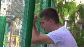 Αναταραχή νεαρών άνδρων και δυσαρέσκεια, θλίψη, διατρήσεις απόθεμα βίντεο