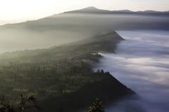 Ανατολή άνω του όρους Φούτζι όπως εμφανίζεται από μια παρακείμενη αιχμή Bromo, Ιάβα, Ινδονησία στοκ φωτογραφία με δικαίωμα ελεύθερης χρήσης
