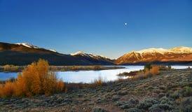 Ανατολή βουνών του Κολοράντο στις δίδυμες λίμνες στοκ φωτογραφίες